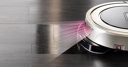 Duoro Xclean robotporszívó. Vizesen feltöröl és a padlót egyidejűleg felszárítja.